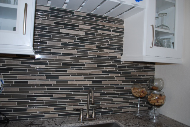 Kitchen Backsplash Using Glass Ceramic Tile